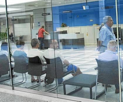 33 Clientes de una entidad financiera de la capital hispalense aguardan su turno. / J. M. PAISANO (ATESE)