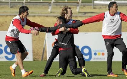 Perroti, Rakitic, Beto y Bacca bromean durante un entrenamiento. (Marcamedia).