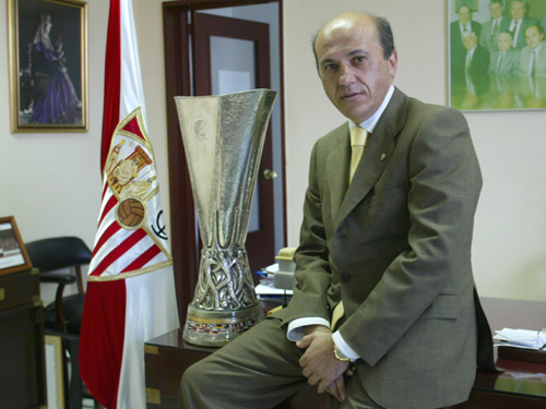 Posa con la primera Copa de la Uefa que consiguió el Sevilla FC.