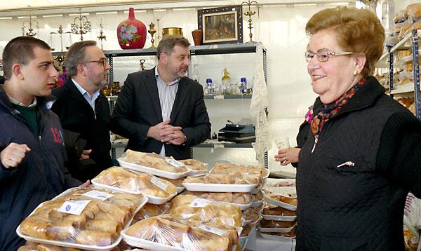 El director de Cáritas Diocesana de Sevilla, Mariano Pérez de Ayala y el Alcalde de El Pedroso, Manuel Meléndez, durante la visita al stand de Asociación Sierra Norte para la Atención al Disminuido Psíquico (ASNADIS).
