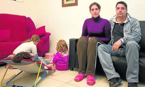Eva Luna y su familia, que ha pedido una vivienda social que no llega.  / Manu R.R. (ATESE)
