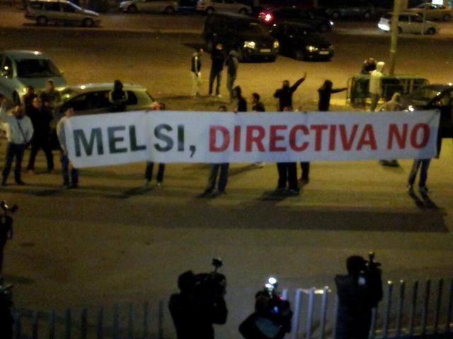Esta es la pancarta realizada por un 'loperista' que apareció cuando Mel fue destituido.
