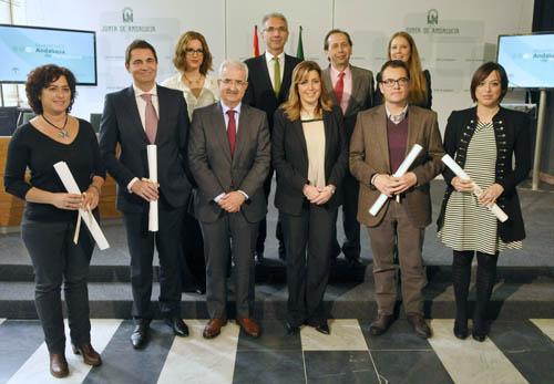 Los galardonados por el Premio Andalucía de Periodismo en 2013 junto con la presidenta de la Junta ayer en San Telmo. / EFE