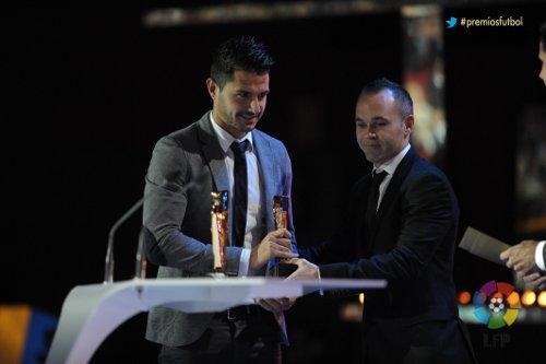 Vitolo recoge su premio de manos de Iniesta (Foto: LFP)
