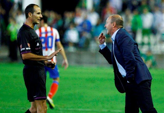 Pepe Mel discute con Álvarez Izquierdo en aquel Betis-Atlético / J.M. Paisano (Atese)