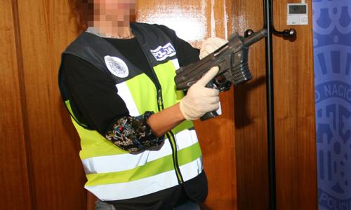 Una de las armas incautadas por la Policía en esta operación.