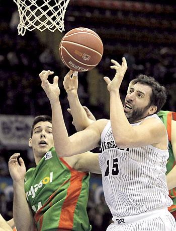 El pívot del Cajasol G. Hernangómez, y el alero del Bilbao Basket Alex Mumbrú (d).