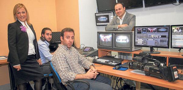 Los responsables de la nueva cadena Luz TVSevilla, con Elizabeth Ortega (izda.) como directora de la cadena.