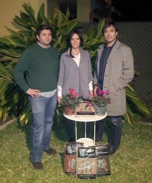 Jesús Gil, Eva Boluda y Marcos Dorado con su producto estrella, el compost reciclado y de colores.