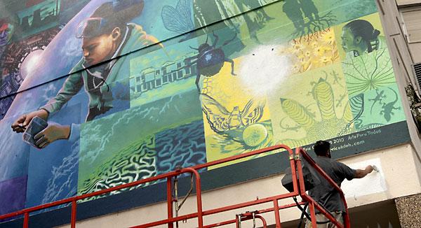 Graffitis en las fachadas de edificios del Polígono San Pablo. / Paco Cazalla