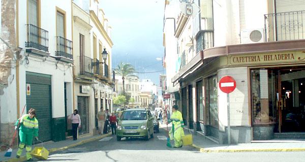 Labores de limpieza en Alcalá de Guadaíra. / María José Casal.