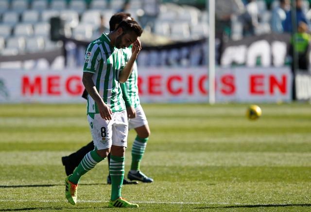 Nono, abatido, deja el campo tras el 2-2 con el Rayo / Ramón Navarro (Marcamedia)