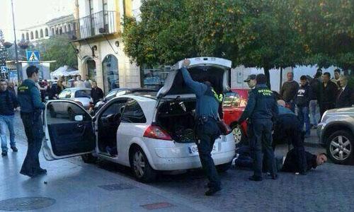 La persecución terminó al colisionar el turismo con otro vehículo.