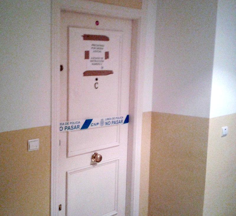 La puerta del piso donde residían los tres fallecidos, precintada. / El CORREO