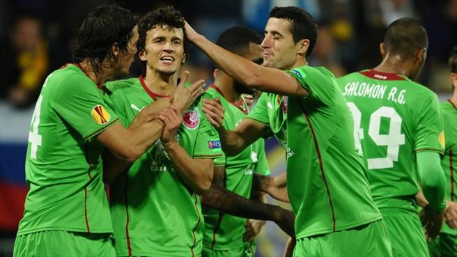 César Navas (izqda.) felicita a un compañero tras un gol al Maribor en la fase de grupos / UEFA