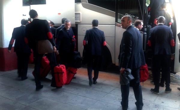 Los jugadores, saliendo del estadio hacia Santander (Sevilla FC)