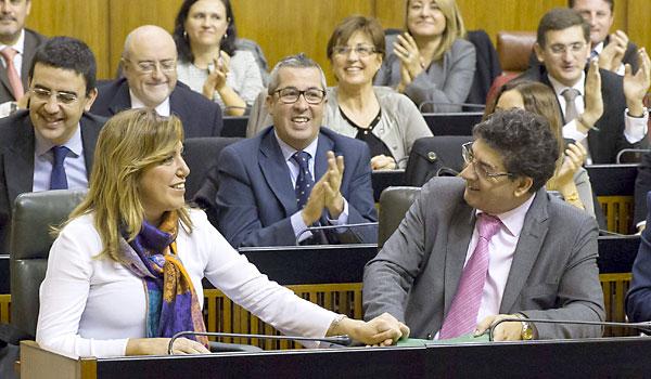 Susana Díaz y Diego Valderas estrechan ayer sus manos tras aprobarse el Presupuesto de 2014.