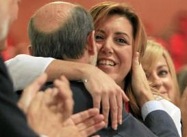 La presidenta andaluza, Susana Díaz, abraza al líder federal, Pérez Rubalcaba