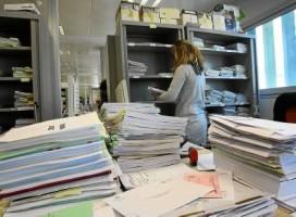 Una funcionaria de los juzgados de lo Social ordena los cientos de expedientes que reciben cada día.
