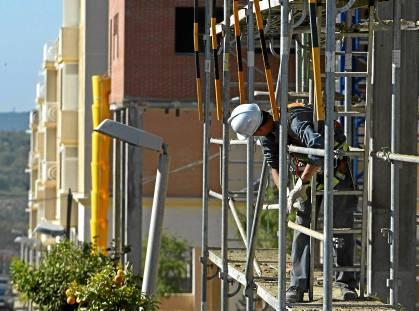 El precio de la vivienda nueva sigue bajando en la ciudad de Sevilla, según la Sociedad de Tasación. / Paco Cazalla