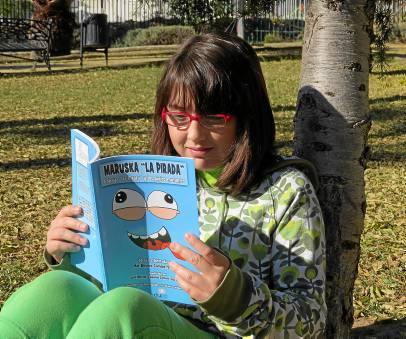 Mar Benítez, con un ejemplar de su libro Maruska la pirada.