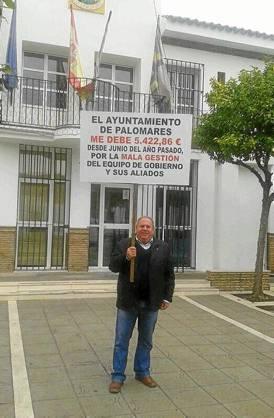 Hipólito Domínguez ayer protestando delante del Ayuntamiento.