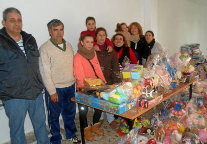 Equipo de voluntarios de Cadena de favores con los regalos que ya han preparado para repartir.
