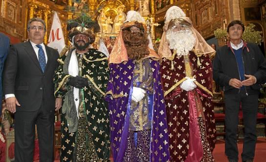 El alcalde asistió a la coronación de los Reyes Magos de Triana en la Parroquia de Santa Ana.