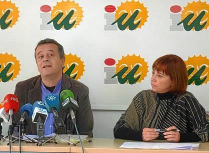 José Antonio Castro y Dolores Quintana en la sede de IU en Málaga