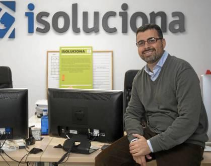 Javier Roldán en las oficinas de la empresa en la Avenida Emilio Lemos, en Sevilla Este. / J.M.Espino (Atese)
