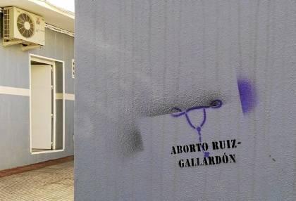 REALIZAN PINTADAS PROABORTISTAS EN LA CASA FAMILIAR DE GALLARDÓN EN NERJA