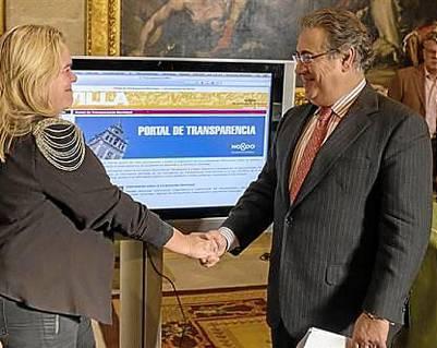 Asunción Fley, delegada de Hacienda, Juan Ignacio Zoido, durante la presentación del portal. / EL CORREO