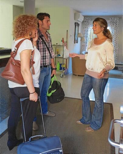 La directora del centro, Marta Merchante, recibe a unos nuevos padres en Casa Javier