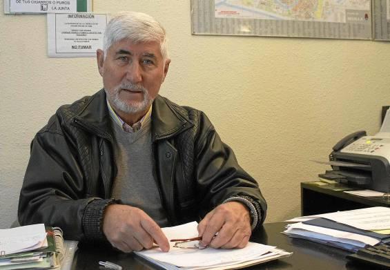 El presidente vecinal Pedro Salvador Rodríguez posa en la sede de la asociación Santa María del Trabajo Segunda Fase, en la calle Marzo. Foto: Manu R.R. (Atese)