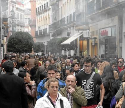 Una multitud pasea por las calles delCentro de la capital hispalense.