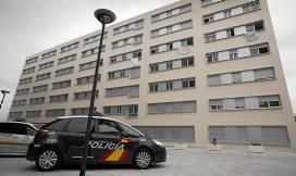 La Policía Local y Nacional vigilaba ayer los pisos ocupados.