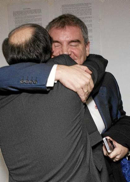 Manuel Vizcaíno abraza a José Castro tras la primera intervención de éste como presidente del Sevilla. (Pepo Herrera).
