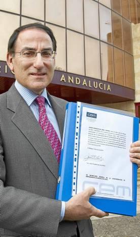 González de Lara presentó ayer los avales en la CEA. / EFE
