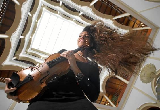 La violinista Leticia Moreno, fotografiada esta semana en Sevilla, toca esta tarde con la Sinfónica en el Teatro de la Maestranza. / Pepo Herrera