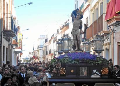El patrón de Los Palacios y Villafranca estuvo arropado por los vecinos en la procesión de ayer.