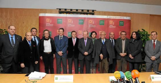 El presidente de la Diputación (centro) y la delegada de Turismo de la Junta (segunda por la dcha.), con empresarios turísticos de la provincia.