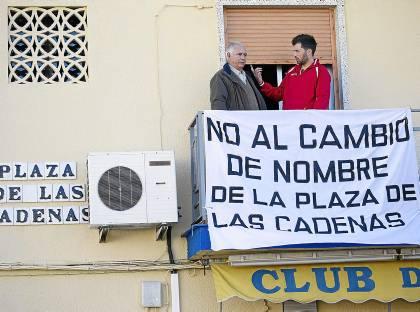 Decenas de balcones del barrio de Bellavista lucen estos días pancartas contra el cambio de nombre.