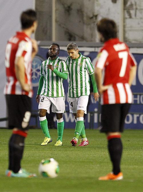 Cedrick y Salva Sevilla celebran el 1-0 con Beñat esperando / Manuel Vidal (EFE)