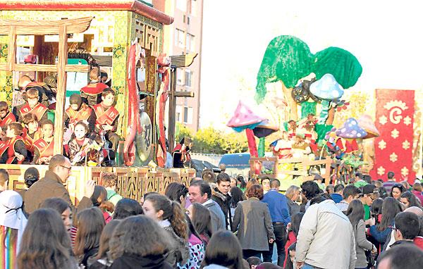 Las carrozas del Ateneo de Sevilla –como el TemploSamurai o El Bosque Animado– ocuparon las grandes avenidas de Sevilla Este. / Manu R.R. (Atese)
