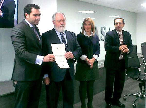 El ministro Miguel Arias Cañete premia a David Martín del Molino (izda.).