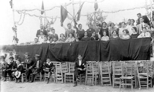 Palco de autoridades de una carrera de cintas a caballo celebrada en las Fiestas de la Ermita (actual Feria) en la década de 1920. / El Correo