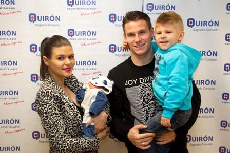 En la imagen la feliz pareja y su hijo Aaron,  con el recién nacido, Ayden en el momento de recibir el alta hospitalaria.