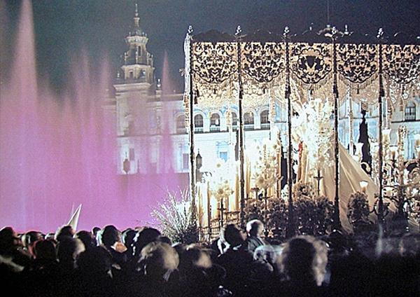 La Virgen por la Plaza de España.