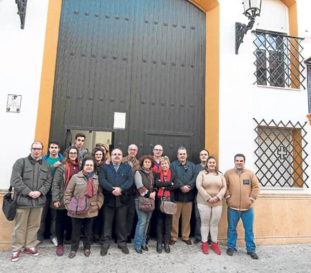 Grupo de vecinos partidarios al cambio de la plaza de las Cadenas y el hermano mayor, en la puerta de la parroquia. / J.M.Paisano
