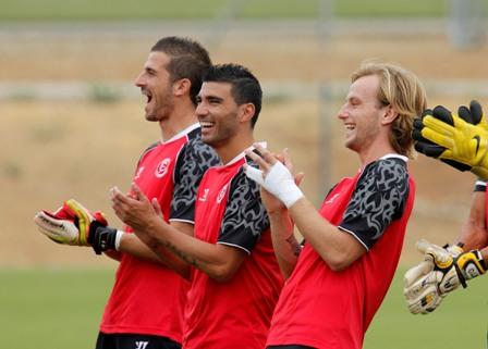 Varas, Reyes y Rakitic, en un entrenamiento (Marcamedia).